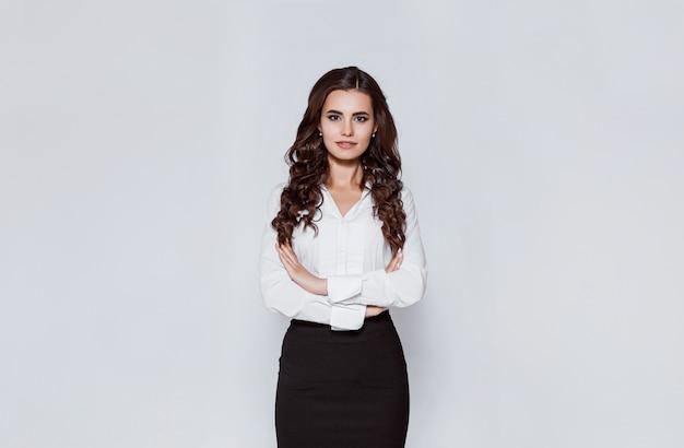 Retrato de joven empresaria moderna en traje clásico.