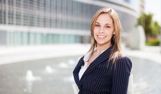 Retrato de una joven empresaria sonriente