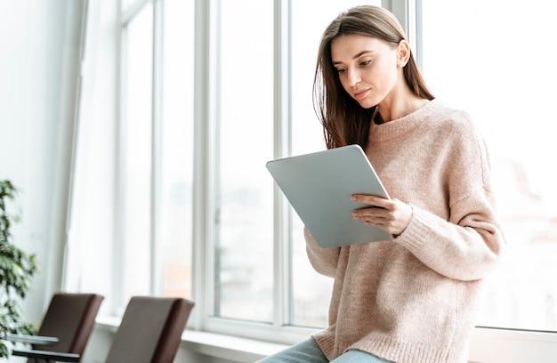 Retrato joven empresaria con tableta