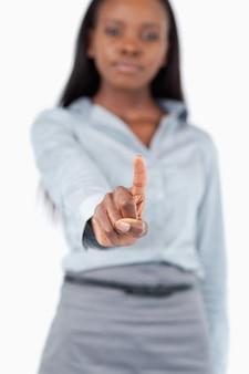 Retrato de una joven empresaria tocando una pantalla invisible