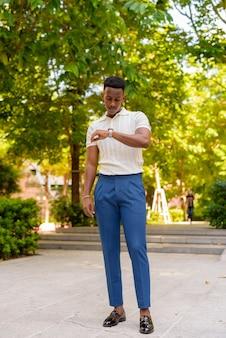 Retrato del joven empresario africano confiado con ropa casual