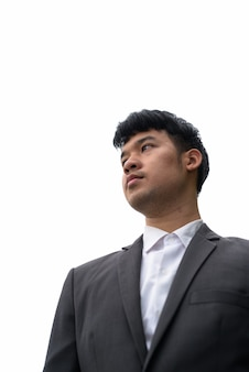 Retrato de joven empresario asiático contra la vista de la ciudad