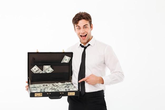 Retrato de un joven empresario excitado