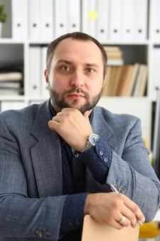 Retrato de joven empresario prometedor guapo en el cargo