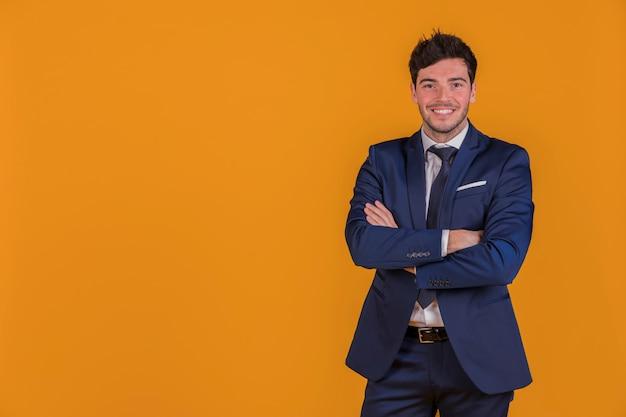 Retrato de un joven empresario con su brazo cruzado mirando a cámara