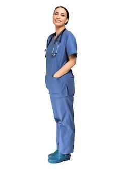 Retrato de una joven enfermera sonriente de cuerpo entero