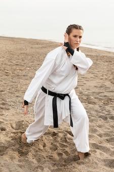 Retrato de joven entrenamiento al aire libre