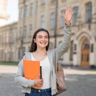 Retrato de joven estudiante feliz de volver a la universidad