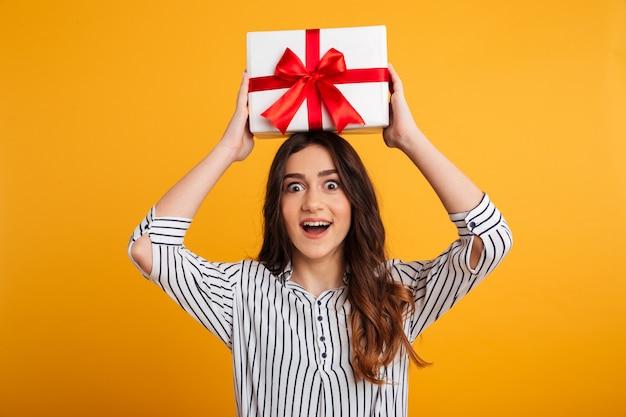 Retrato de una joven feliz con caja de regalo