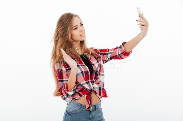 Retrato de una joven feliz en camisa a cuadros
