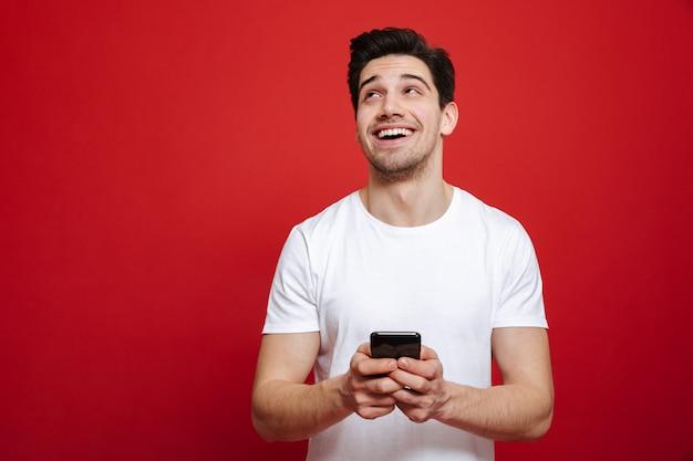 Retrato de un joven feliz en camiseta blanca