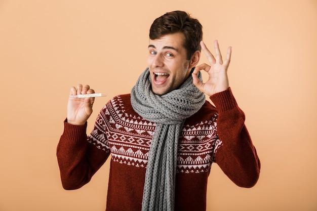 Retrato de un joven feliz vestido con suéter