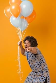 Retrato, joven, en, fiesta, con, globos