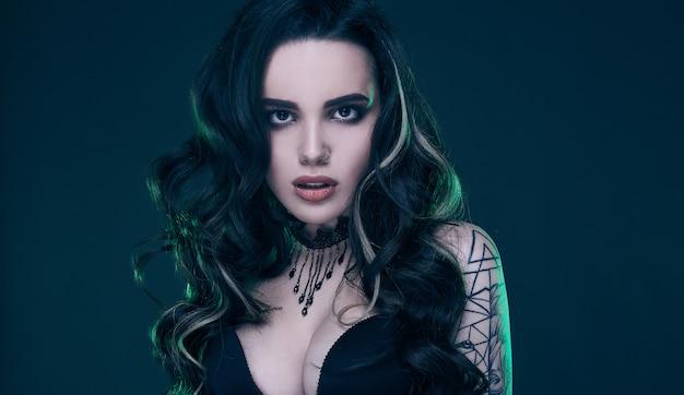 Retrato de joven gótica sexy con el pelo largo