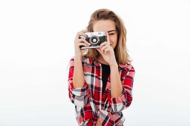 Retrato de una joven guapa en camisa a cuadros