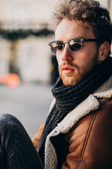 Retrato de un joven guapo con barba