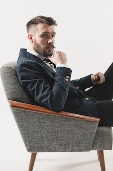 Retrato de joven guapo con estilo