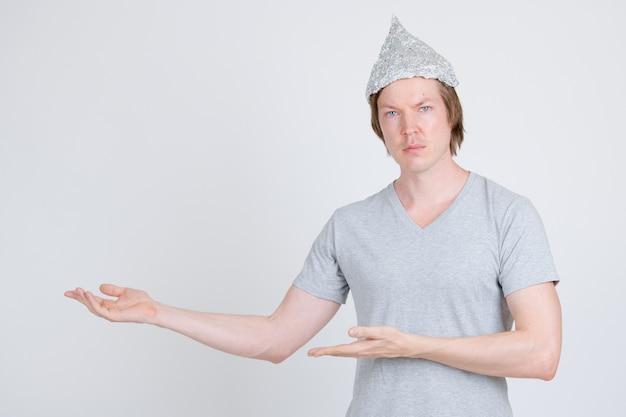 Retrato, de, joven, guapo, hombre, llevando, papel de aluminio, sombrero, como, teoría de la conspiración, concepto, blanco