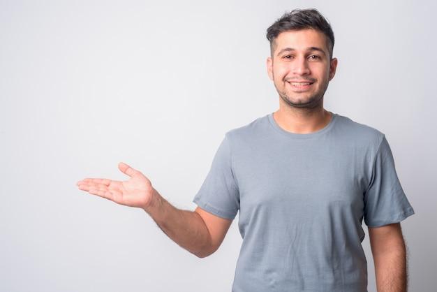 Retrato de joven guapo iraní en blanco