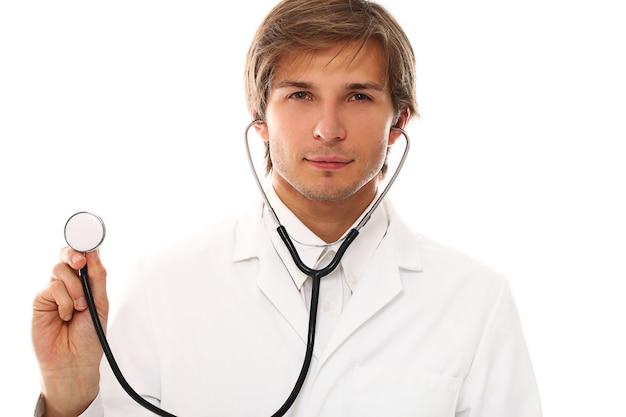 Retrato de joven guapo médico
