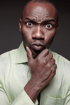 Retrato de joven guapo negro africano