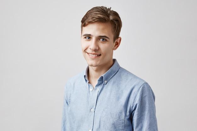 Retrato de joven guapo posando