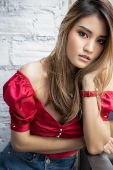 Retrato de joven hermosa chica asiática