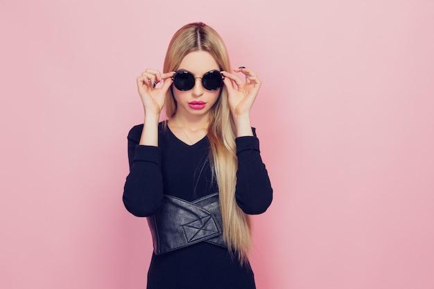 Retrato de joven hermosa delgada sexy rubia joven en blac