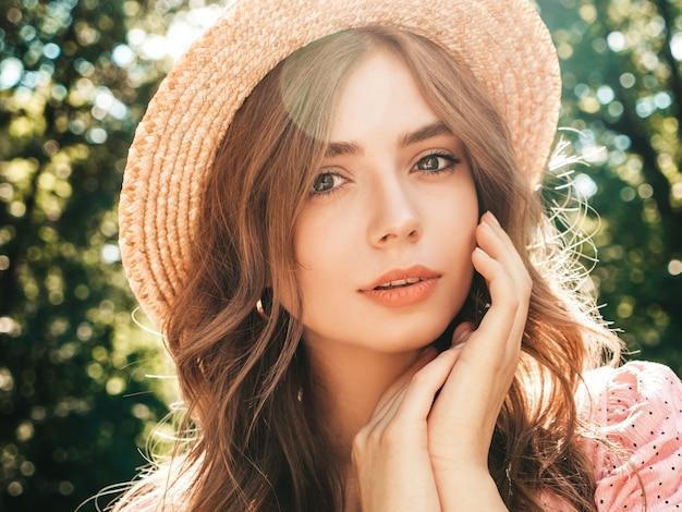Retrato de joven hermosa hipster en vestido de verano de moda