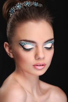 Retrato de joven hermosa con maquillaje de moda