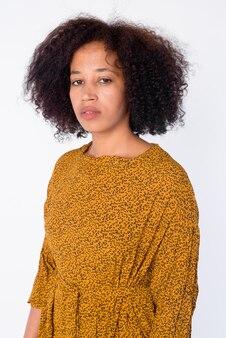 Retrato de joven hermosa mujer africana mirando a la cámara