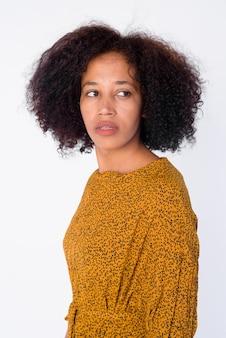Retrato de joven hermosa mujer africana pensando y mirando hacia atrás