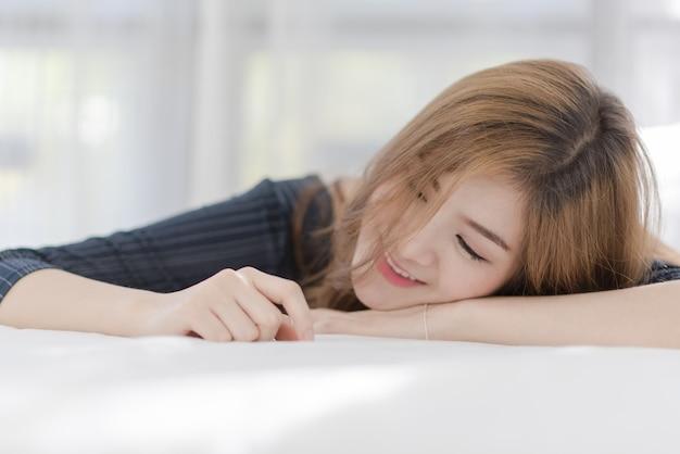 Retrato de joven hermosa mujer asiática sexy relajarse en su habitación. sonrisa cara feliz niña