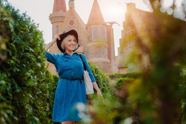 Retrato de una joven hermosa mujer feliz de moda posando en la calle