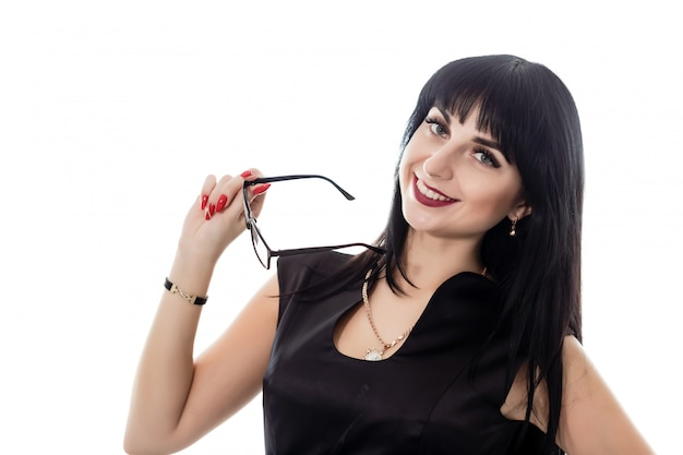 Retrato de joven hermosa mujer morena feliz con anteojos mirando a cámara