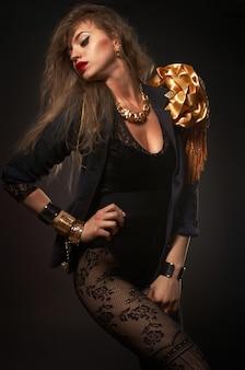 Retrato de joven hermosa mujer rubia caucásica en cuerpo de oro de moda