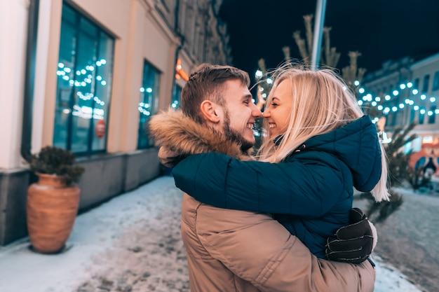 Retrato de joven hermosa pareja posando en la calle al aire libre