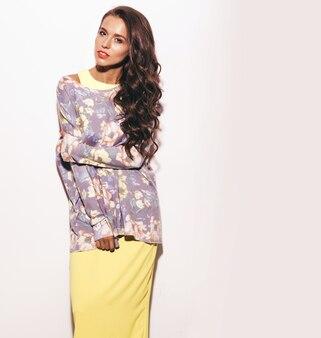 Retrato de joven hermosa en ropa colorida moda verano.