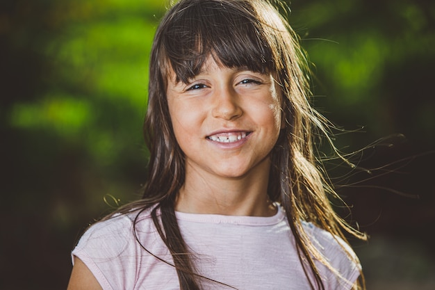 Retrato de joven hermosa sonriente en la granja
