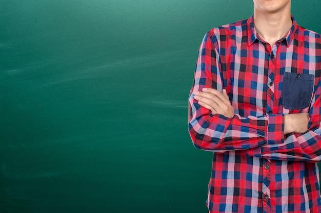 Retrato joven hermoso del muchacho de universidad. concepto de educación y fondo con copyspace