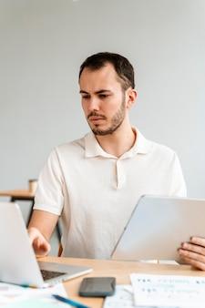 Retrato, joven, hombre de negocios, trabajando
