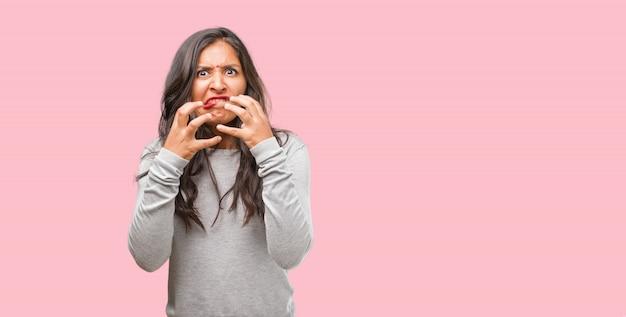 Retrato de una joven india muy enojada y molesta, muy tensa