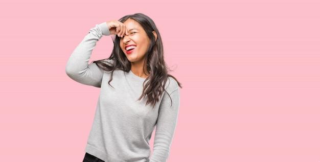 El retrato de una joven india que se ríe y se divierte, relajado y alegre, se siente seguro y exitoso