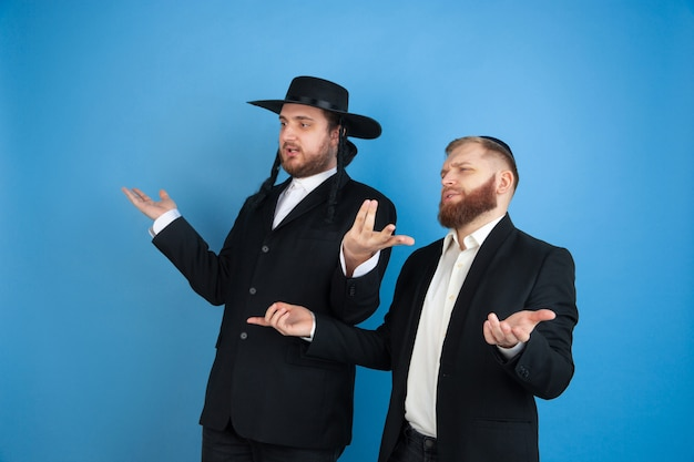 Retrato de un joven judío ortodoxo aislado en azul studio