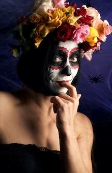 Retrato de una joven con maquillaje en la imagen de katrina para la fiesta del día de muertos.