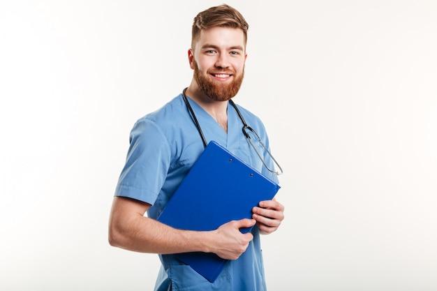 Retrato de un joven médico amigable o enfermera con estetoscopio