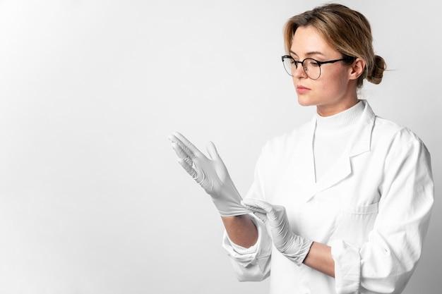 Retrato de joven médico con guantes quirúrgicos