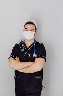 Retrato de joven médico guapo