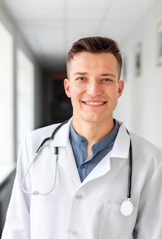 Retrato de joven médico en el hospital