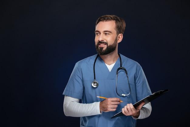 Retrato de un joven médico masculino